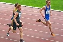 Karel Hromek (v tmavém dresu) v běhu na 100 m.