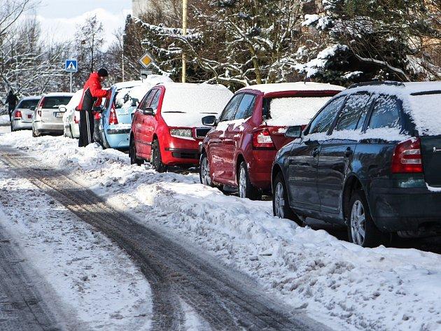 Přívaly sněhu komplikují život a zvláště na sídlištích zabírají drahocenné místo.