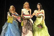 Druhá vicemiss Tereza Mizerová (vlevo), první vicemiss  Ilona Fomina. Vítězkou letošního ročníku Miss Libertin je  Lucie Lešáková.