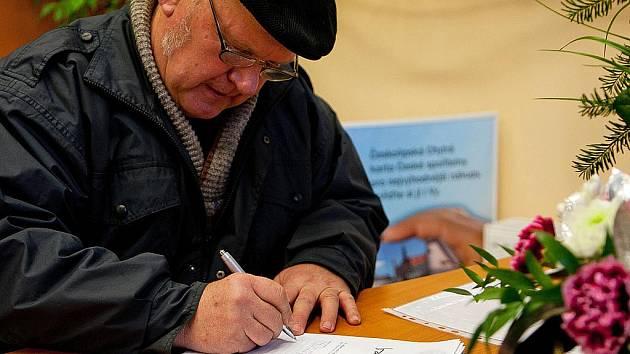 Pět listů už lidé v České Lípě popsali kondolencemi, další mohou přidat do pátku.