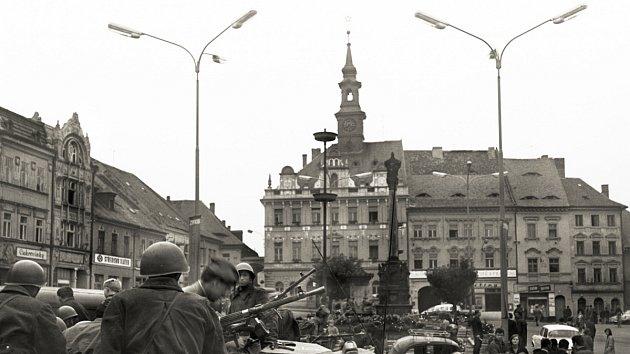 Českolipské náměstí se zaparkovanými sovětskými transportéry.