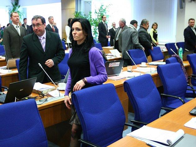 Zastupitelé krajské koalice společně sODS během Vondruškova slibu na protest opustili své židle a odešli ze sálu.
