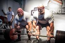 Nový český rekord v Doubledeadliftu (dvojitý mrtvých tah) vytvořili vzpěrači Petr Petráš z Prahy a Václav Češka (na snímku vlevo), zástupce novoborského SK Metalpower na pražské pohárové soutěži siláků s názvem Deadlift Challenge.