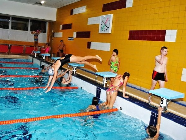 Na plavce po celý den zápolení dohlíželi zkušení trenéři. Mezi nimi ičeskolipská olympionička Petra Chocová a trenér Tomáš Choc.