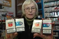 Jana Procházková drží v pravé ruce falešné krabičky, v levé pak v originálním obalu.