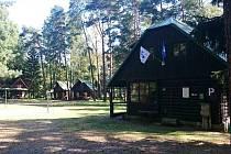 Osada s hlavním srubem a chatkami má kapacitu 76 lůžek.