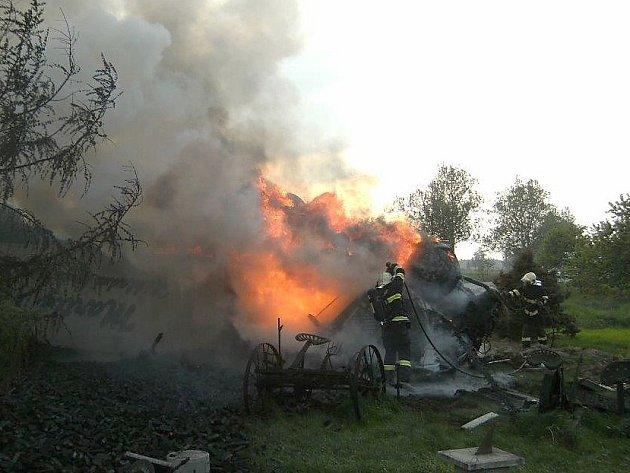 Části hořícího kolosu létaly na všechny strany. Čtyři muži přesto riskovali život, aby pomohli řidiči.