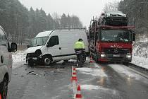 Dopravu na trase Doksy - Česká Lípa ve čtvrtek ráno zkomplikovala nehoda tří vozidel u Jestřebí.