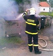 Hasiče zaměstnávají požáry kontejnerů.