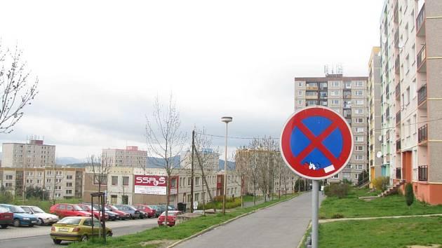 Značky zakazují obyvatelům domů v Pražské ulici zastavit tam, kde byli zvyklí parkovat.
