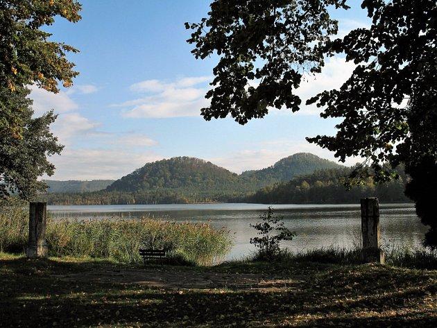 Pohled přes Hamerské jezero směrem kjihu.