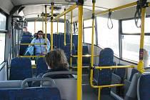 Přestože autobusy vozí pasažéry zdarma, jsou většinou poloprázdné