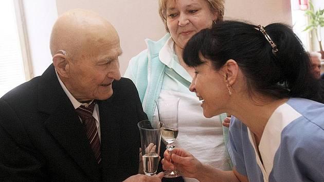 S malým zpožděním zaviněným nachlazením oslavil v úterý nejstarší žijící muž Libereckého kraje Arnošt Slovák v Domově důchodců ve Sloupu v Čechách 102. narozeniny.