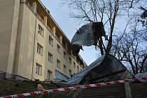 Vítr taktéž strhával střechy, plechy a bral s sebou skoro vše, co nebylo jakkoliv upevněno. Nejsložitější zásah řešili  hasiči z České Lípy v Havlíčkově ulici, kde poryvy větru doslova strhly celou střechu z budovy tamního internátu.