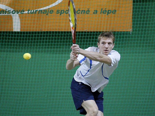 Lukáš Jedlička z Modřan (na snímku) porazil ve finále tenisového turnaje Mega Cup v České Lípě budějovického Pavla Mojhu ve dvou setech 6:4, 6:2.