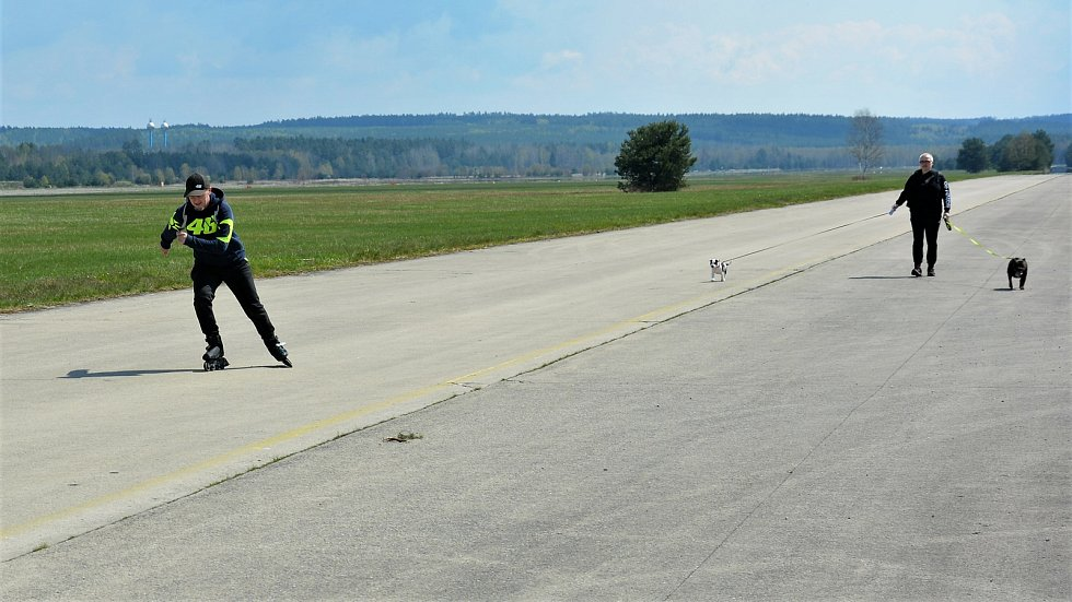 U letiště bylo rušno. Letci se vznášeli, turisté sportovali nebo jen lenošili.