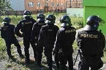 Pořádkové jednotky, policisté z antikonfliktního týmu, kriminalisté a psovodi by měli v sobotu zajistit bezpečnost v Novém Boru. Snímek je z protestní akce ve Varnsdorfu, která se konala minulý týden.