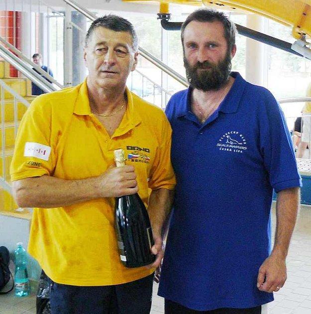 Rudolf Šmerda (vlevo) překonal na veteránském šampionátu evropský  rekord. Gratuloval mu také předseda  klubu Seals Masters  Česká Lípa Jan Nykl.