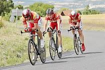 Družstvo MS AUTO (zleva Josef Semerád, Jaromír Svoboda a Petr Nováček) v plném tempu na trati Giro de Zavadilka.