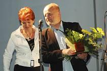 Ocenění převzal Vít Fiala od starostky Dubé Zdeňky Šepsové na Mezinárodních jazzových dnech v Nedamově.