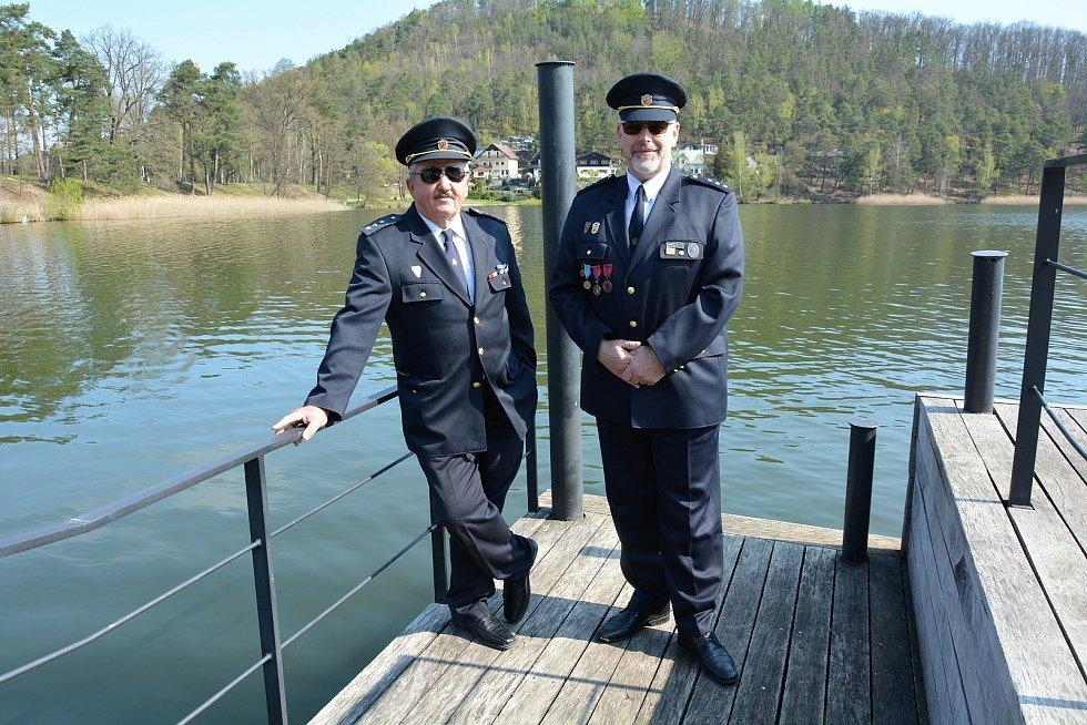 Zleva Jiří Havner, Jiří Sucharda vpravo. Na molu Máchova jezera ve Starých Splavech odkud v květnu 2001 dobrovolní hasiči odčerpávali vodu do svých hadic, které propojili a natáhli až na bývalé vojenské letiště v Ralsku.