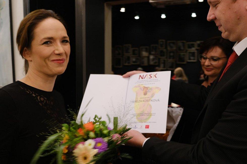 Vedoucí kin z více než stovky českých a moravských měst udíleli v úterý 8. října ceny nejlepším filmovým tvůrcům a hercům. Tereza Kostková získala cenu za nejlepší herečku.