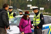 Alkobrýle simulující vidění po vypití většího množství alkoholu na úrovni jednoho až dvou a půl promile zkreslují pohled na celý svět. O tom se přesvědčili účastníci akce na autodromu v Sosnové, kterou připravili českolipští policisté.
