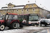 Porouchaný autobus zablokoval křižovatku.