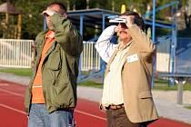 Trenér Michael  Šimek (vlevo) a vedoucí mužstva Josef Košta marně vyhlíželi svého sobotního soupeře.