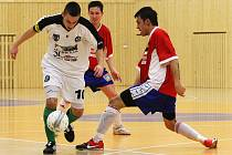 Vítězství 5:4 doslova vydřeli druholigoví futsalisté FC Démoni Česká Lípa, kteří se díky tomu nadále drží na předních příčkách tabulky. Hlava se snaží zastavit pronikajícího Švece.