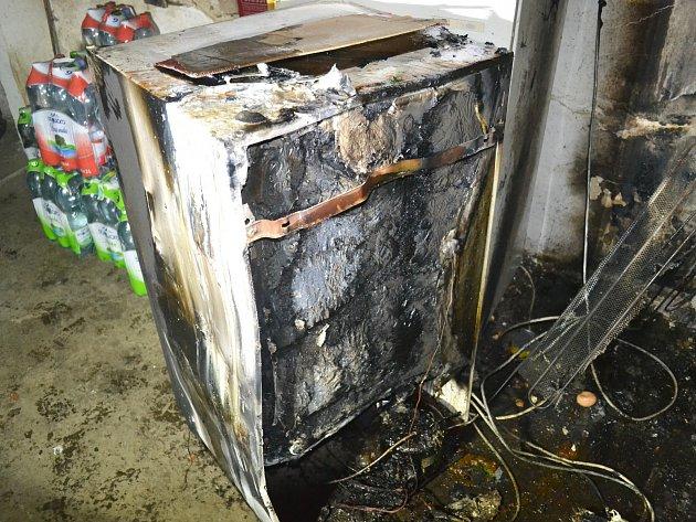 Závada na elektroinstalaci lednice byla příčinou požáru v Kamenickém Šenově.