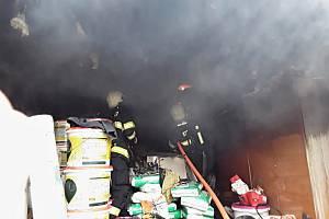 Hasiči likvidují požár garáže v České Lípě