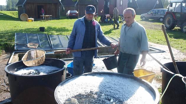 Výlov koupaliště a následný prodej ryb je v Zákupech spíše zpestřením pro rybáře i místní obyvatele.