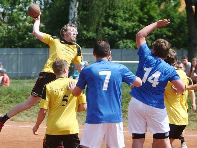 Házenkáři Lokomotivy (žluté dresy) zakončili sezonu v Inter REG lize těsnou výhrou nad Bělou pod Bezdězem. Hostující Josef Šmejkal (číslo 14) se snaží zblokovat střelu Hejla.