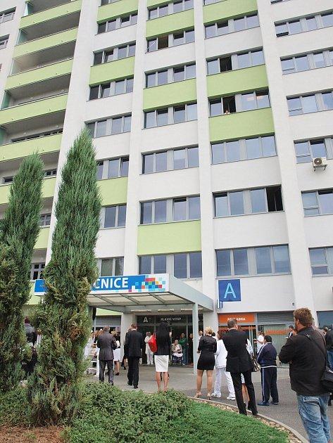 Slavnostní zakončení projektu zateplení Nemocnice spoliklinikou Česká Lípa se konalo ve středu před hlavním vstupem do nemocnice.