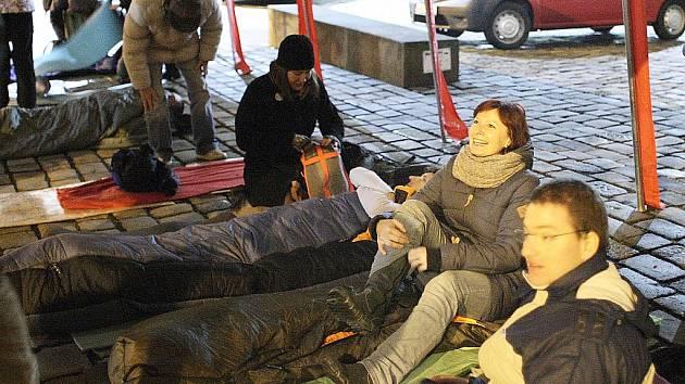 Ve spacáku či v krabici stráví letos noc venku stovky lidí. Upozorní na problematiku lidí bez domova.