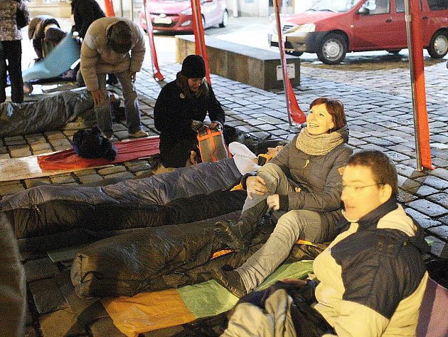 Ve spacáku či v krabici stráví letos noc venku stovky lidí ve čtrnácti českých městech. Upozorní na problematiku lidí bez domova.