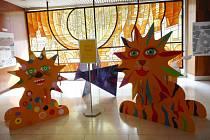 Děti lvy malují na vyřezané desky, jejichž tvar navrhli žáci ze Základní umělecké školy R. A. Dvorského ve Dvoře Králové nad Labem.