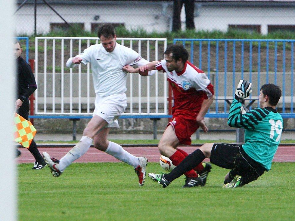 Česká Lípa - Železný Brod 1:2. Král s gólmanem Kršmarikem zastavují akci domácího Brože (v bílém).