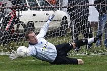 Obrat v utkání s rezervou Skalice dokonali fotbalisté Dolní Libchavy, když vyhráli 2:1. Gólman Svoboda vyráží penaltu.