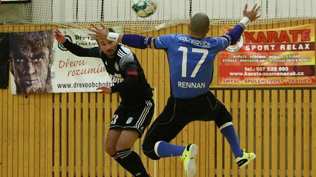 Rott překonává hlavou golmana Rennana a upravuje na 1:2.