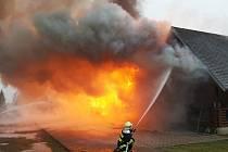 Deset jednotek hasičů bojovalo s požárem srubu v Hvězdově.