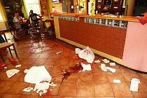 Pětice Romů vyzbrojená mačetami a obušky v minulosti vtrhla do baru Pivní pomoc v Novém Boru. Po jejich několikaminutovém řádění zůstali na zemi ležet tři zranění muži.