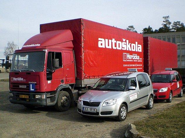 V Autoškole Horčička se rekvalifikují nezaměstnaní z Českolipska. Devět z nich bude řídit nákladní automobil, za volant traktoru usedne dokonce žena.