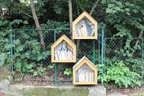 Speciální budky pro odložené knihy se objevují na různých místech na Českolipsku.