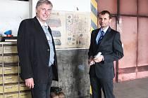 Ředitelé Jaroslav Kratochvíl (vlevo) a Stanislav Mackovík v garážích, kde by mohla sídlit záchranka.