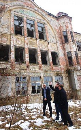 Obudoucnost zchátralého objektu vKamenickém Šenově se během středeční návštěvy města zajímal hejtman Libereckého kraje Martin Půta. Sešel se zde se současným majitelem budovy.