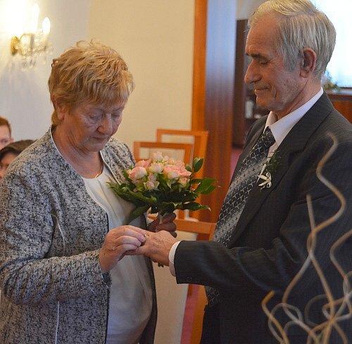 """Své """"ano"""" si po padesáti letech společného života řekli opět manželé Irena a Ján Kujovští vobřadní síni novoborské radnice."""