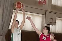 Na snímku českolipský junior Krzák v podkošové koncovce se sparťanským hráčem.