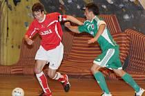 """""""KLUK Z LUSKU"""", Vojta Brož (na snímku vlevo), patří k hráčským oporám mužstva F. A. Zole Ceská Lípa, a to i v letošní sezoně 2. futsalové ligy."""